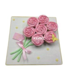 Торт из капкейков в виде букета розовых цветов с бабочкой