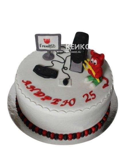 Торт белого цвета с фигуркой компьютера