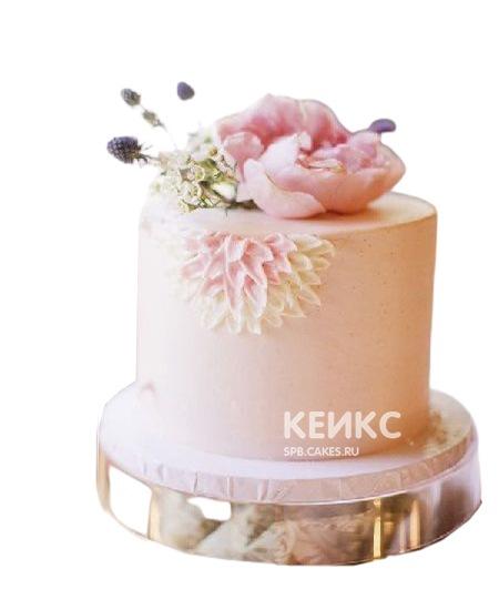 Розовый торт украшенный живыми цветами для мамы