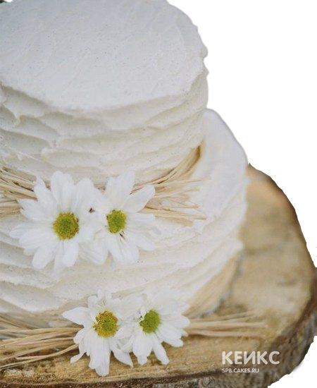 Белый двухъярусный торт с живыми ромашками для мамы