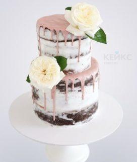 Двухъярусный торт с розовой глазурью и живыми розами для мамы