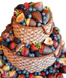 Двухъярусный торт в виде корзины с ягодами для мамы