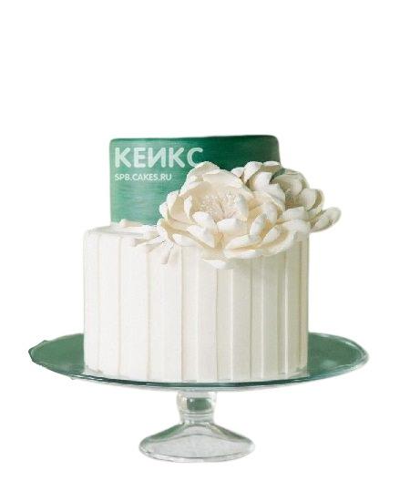 Бело-зеленый двухъярусный торт с цветком для мамы