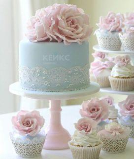 Голубой торт с кружевами и розами для мамы