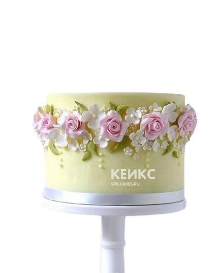 Желто-зеленый торт с боками украшенными цветами для мамы