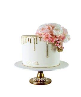 Белый торт с золотой глазурью и букетом цветов для мамы