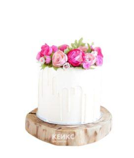 Белый торт с глазурью и букетом ярко-розовых цветов для мамы