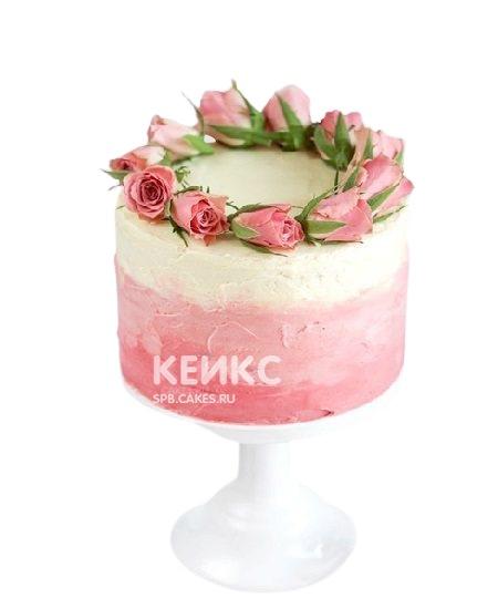 Торт омбре украшенный бутонами роз для мамы