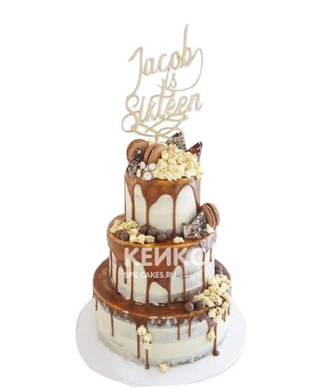 Высокий торт с глазурью и сладостями для мужчины на юбилей 30 лет