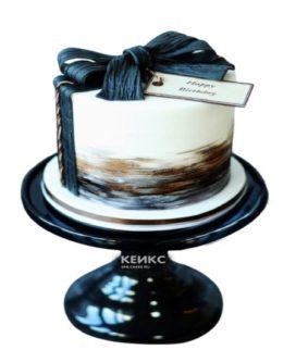 Белый торт с темно-синим бантом для мужа