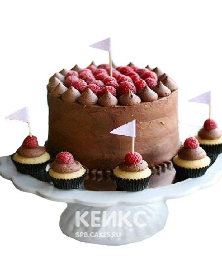 Коричневый торт с ягодами на день рождения