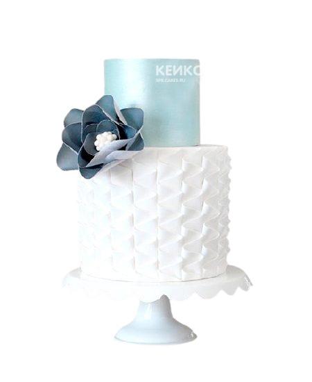 Бело-голубой торт с цветком для жены