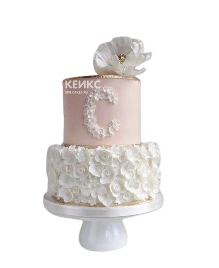Бело-розовый торт с цветами и инициалами для жены