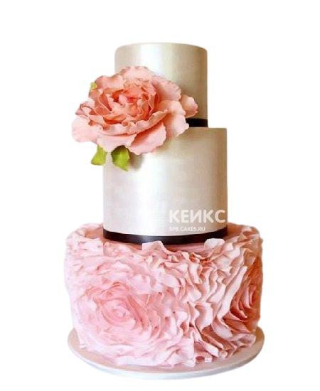 Блестящий розовый торт с рюшами для жены