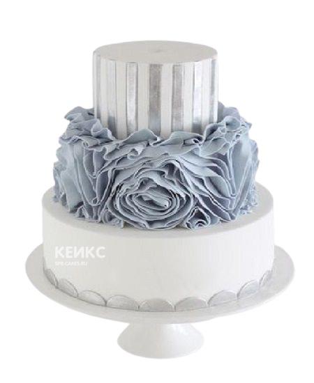 Бело-голубой торт с рюшами и полосами для женщины на юбилей 30 лет
