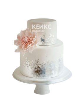 Серебристый двухъярусный торт с цветком для женщины на юбилей 30 лет