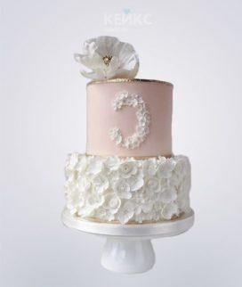 Розово-белый торт с цветами на юбилей девушке 30 лет