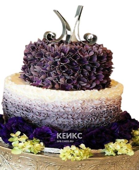 Фиолетовый торт омбре с цветами и инициалами для женщины на юбилей 50 лет
