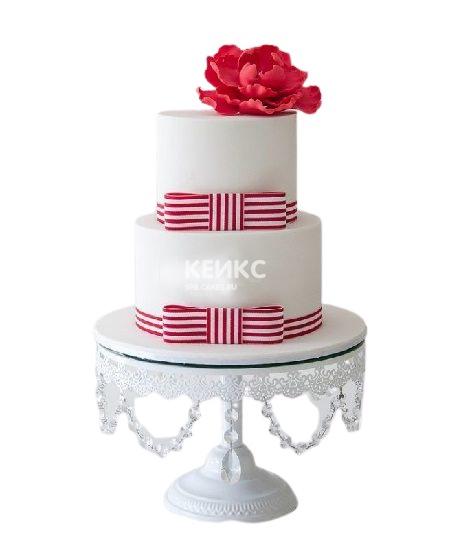 Торт с полосатыми бантами и красным цветком для женщины на юбилей 50 лет