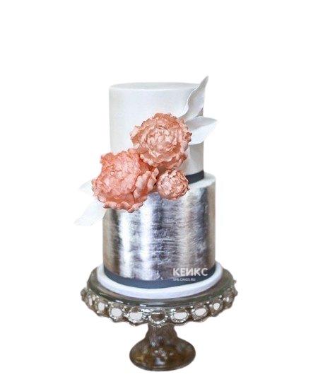 Серебристо-белый торт с цветами на юбилей женщине 60 лет