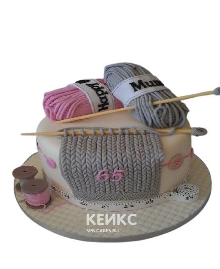 Уютный торт Женщине на юбилей 70 лет с клубками и спицами