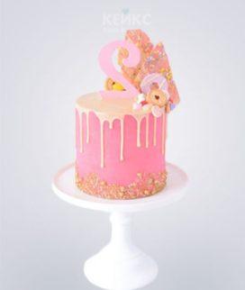 Розовый торт девочке на 2 года с цифрой и кондитерским украшением