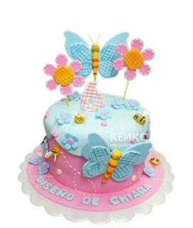 Розово-голубой торт девочке на 6 лет с бабочками и цветами