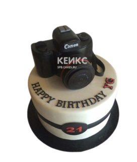 Белый торт в виде фотоаппарата с надписью