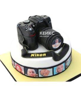 Торт в виде фотоаппарата с детскими фото