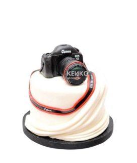 Торт белого цвета с фотоаппаратом