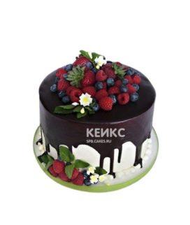 Аппетитный торт украшенный ягодами на день рождения
