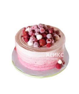 Небольшой розовый фруктовый торт омбре с ягодами