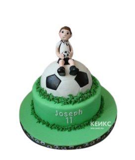 Торт в виде футбольного мяча с футболистом