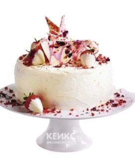 Торт со свежей клубникой в белом шоколаде