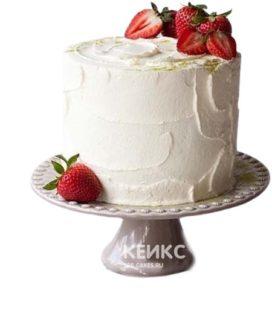 Аппетитный кремовый торт, украшенный свежими ягодами клубники