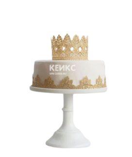 Белый торт с золотым бордюром и короной