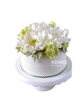 Белый торт корзина с цветами
