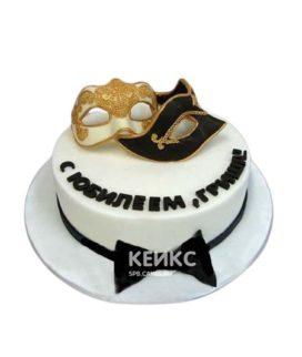Торт белого цвета с двумя масками