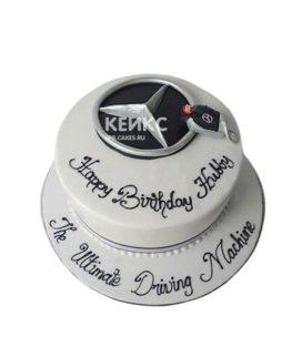 Белый торт Мерседес со значком и надписью
