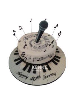Белый торт микрофон с нотами и клавишами