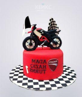 Красный торт с мотоциклом и флажками