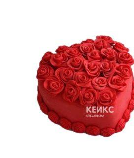 Торт на 14 февраля в виде красного сердца с цветами