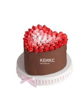 Торт в форме сердца с цветами на 14 февраля