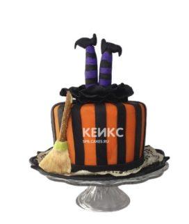 Забавный полосатый торт на Хеллоуин ножки ведьмы