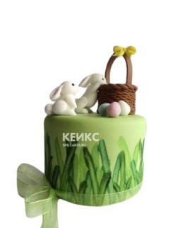 Торт на Пасху с белыми зайцами и корзиной