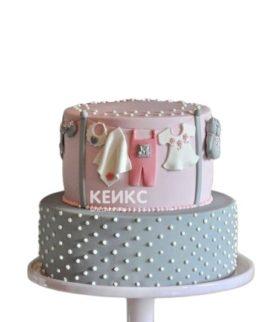 Розовый торт на выписку с ползунками и распашонками