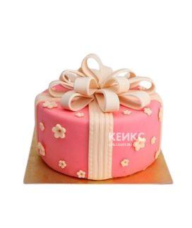 Розовый торт Подарок с кремовым бантом и цветами