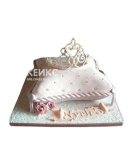 Торт в виде подушки кремового цвета с короной и надписью