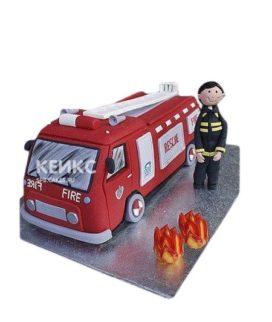 Торт в виде пожарной машины с пожарным и пламенем