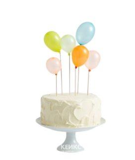 Белый торт с разноцветными воздушными шариками